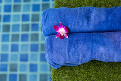 2 голубых полотенца приближают к бассейну Стоковые Фотографии RF