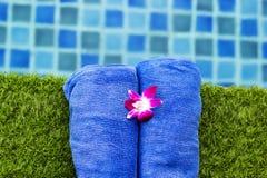 2 голубых полотенца приближают к бассейну Стоковые Изображения