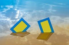 2 голубых пустых рамки фото на песке приставают к берегу Стоковая Фотография