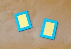 2 голубых пустых рамки фото на песке Стоковое Фото