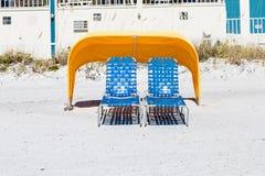 2 голубых салона фаэтона под желтой сенью Стоковая Фотография RF