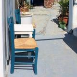 2 голубых стуль и белой таблица на террасе, Santorini Стоковое фото RF