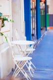 2 голубых стуль на улице итальянской традиционной деревни в Италии Стоковые Фото
