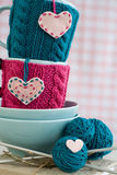 2 голубых чашки в голубом и розовом свитере с сердцами войлока Стоковая Фотография RF