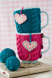 2 голубых чашки в голубом и розовом свитере с сердцами войлока Стоковое фото RF