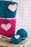 2 голубых чашки в голубом и розовом свитере с сердцами войлока Стоковая Фотография