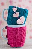 2 голубых чашки в голубом и розовом свитере с сердцами Стоковое Фото