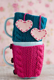 2 голубых чашки в голубом и розовом свитере с сердцами Стоковые Фотографии RF