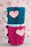 2 голубых чашки в голубом и розовом свитере с сердцами Стоковое Изображение