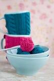 2 голубых чашки в голубом и розовом свитере с шариками Стоковое Фото