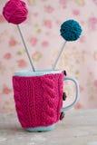 2 голубых чашки в голубом и розовом свитере с шариком пряжи для вязать Стоковые Изображения RF