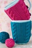 2 голубых чашки в голубом и розовом свитере с шариком пряжи Стоковое фото RF