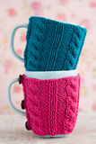 2 голубых чашки в голубом и розовом свитере с шариком пряжи Стоковые Фотографии RF