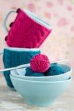 2 голубых чашки в голубом и розовом свитере с шариком Стоковые Фотографии RF
