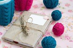 2 голубых чашки в голубом и розовом свитере с шариком Стоковые Изображения RF