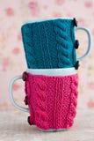 2 голубых чашки в голубом и розовом свитере Стоковое фото RF
