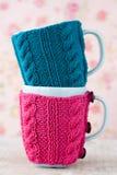 2 голубых чашки в голубом и розовом свитере Стоковые Фотографии RF