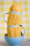 2 голубых чашки в желтом свитере Стоковое Изображение