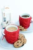 2 голубых чашки в связанных крышках и печеньях Стоковые Изображения RF
