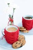 2 голубых чашки в связанных крышках и печеньях Стоковое фото RF