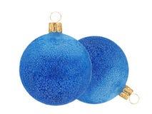2 голубых шарика оформления рождества яркого блеска изолированного на белизне Стоковое Изображение