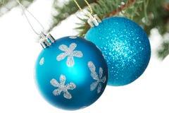 2 голубых шарика рождества вручая на ели. Стоковая Фотография RF