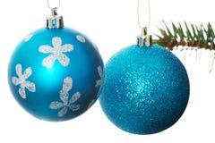 2 голубых шарика рождества вручая на ели. Стоковое Фото