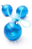 3 голубых шарика рождества, конец-вверх, изолированный на белизне Стоковая Фотография RF