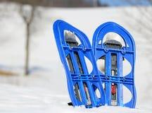 2 голубых snowshoes в горах в зиме Стоковые Фотографии RF