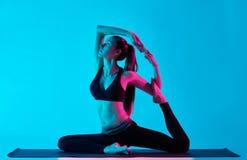 Голубь короля Rajakapotasana exercices йоги женщины Стоковые Изображения RF