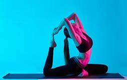 Голубь короля Rajakapotasana exercices йоги женщины Стоковое Изображение RF