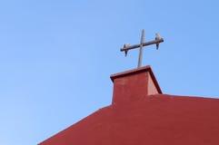 2 голубя на деревянном кресте Стоковая Фотография RF
