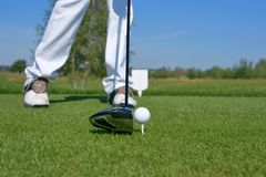 Гольф, водитель и шар для игры в гольф на зеленом цвете Стоковые Изображения RF