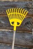 Грабл для листьев напольно Стоковое Фото