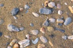 Гравий и песок на пляже стоковая фотография rf