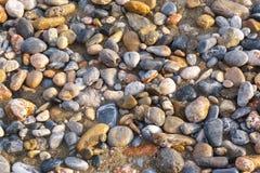 Гравий на береге моря стоковые фото