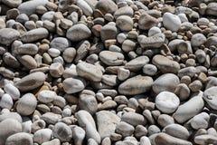 Гравий на пляже в предпосылке Хорватии стоковые изображения rf