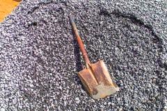 Гравий, песок, тележка, камень и лопаткоулавливатель к творческой текстуре стоковые фотографии rf