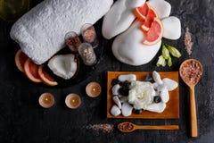Гравий, свечи, полотенце, бутоны цветков, кокос и грейпфрут над взглядом Стоковая Фотография
