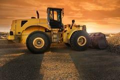 Гравий экскаватора двигая в строительной площадке стоковая фотография rf