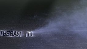 Гравировка машины маркировки лазера Изготовление пластичной фабрики труб водопровода Процесс делать пластичные трубки на стоковые фотографии rf