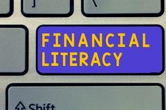 Грамотность текста почерка финансовая Смысл концепции понимает и знающий о том, как деньги работают стоковая фотография rf