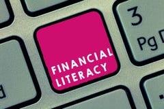 Грамотность текста почерка финансовая Смысл концепции понимает и знающий о том, как деньги работают стоковое фото