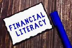 Грамотность текста сочинительства слова финансовая Концепция дела для Understand и знающее о том, как деньги работают стоковое изображение