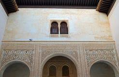 Гранада - голубь и окно - Альгамбра, Гранада, Испания стоковое фото