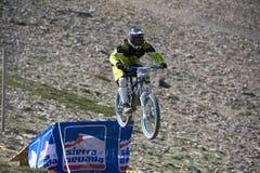 ГРАНАДА, ИСПАНИЯ - 30-ОЕ ИЮНЯ: Неизвестный гонщик на конкуренции велосипеда горы покатого  Стоковое Фото
