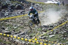 ГРАНАДА, ИСПАНИЯ - 30-ОЕ ИЮНЯ: Неизвестный гонщик на конкуренции велосипеда Bull горы покатого велосипед DH 2013 чашки, сьерра-нев Стоковое Изображение