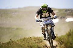 ГРАНАДА, ИСПАНИЯ - 30-ОЕ ИЮНЯ: Неизвестный гонщик на конкуренции велосипеда Bull горы покатого велосипед DH 2013 чашки, сьерра-нев Стоковые Фотографии RF