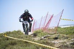 ГРАНАДА, ИСПАНИЯ - 30-ОЕ ИЮНЯ: Неизвестный гонщик на конкуренции велосипеда Bull горы покатого велосипед DH 2013 чашки, сьерра-нев Стоковые Фото