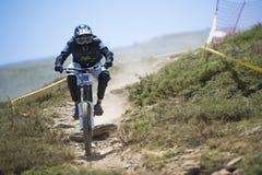 ГРАНАДА, ИСПАНИЯ - 30-ОЕ ИЮНЯ: Неизвестный гонщик на конкуренции велосипеда Bull горы покатого велосипед DH 2013 чашки, сьерра-нев Стоковая Фотография RF